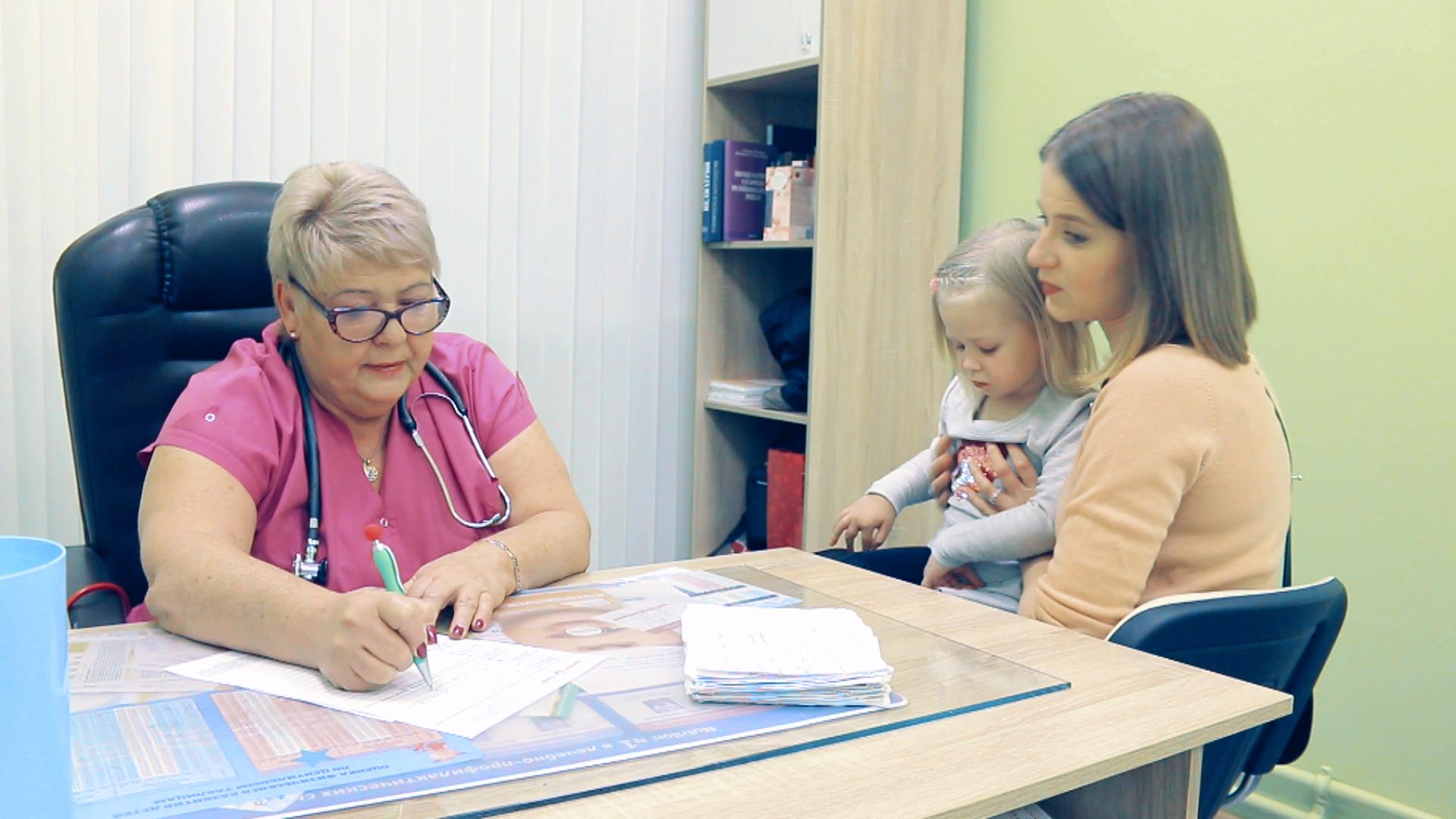 Детский врач-педиатр в медицинском центре Здоровый ребенок